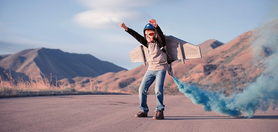 Das Unternehmen Project Competence: Stimmungsbild eines Jungen mit Flugzeugflügel zur Illustration der weitreichenden Kompetenz unserer Firma