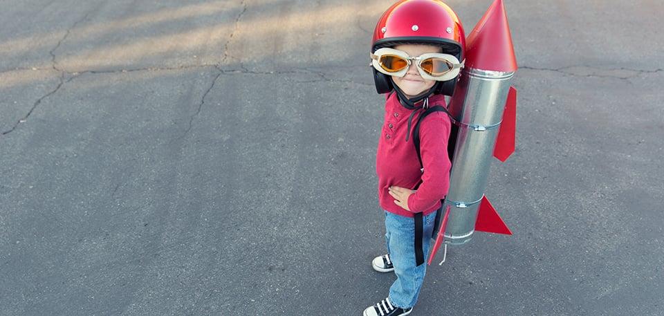 Mädchen mit Rakete auf dem Rücken als Stimmungsbild für Zur Erweiterung des kompetenten Experten-Teams suchen wir eine erfahrene Persönlichkeit (m/w) als Senior Project Manager Schwerpunkt «Projektleitung»