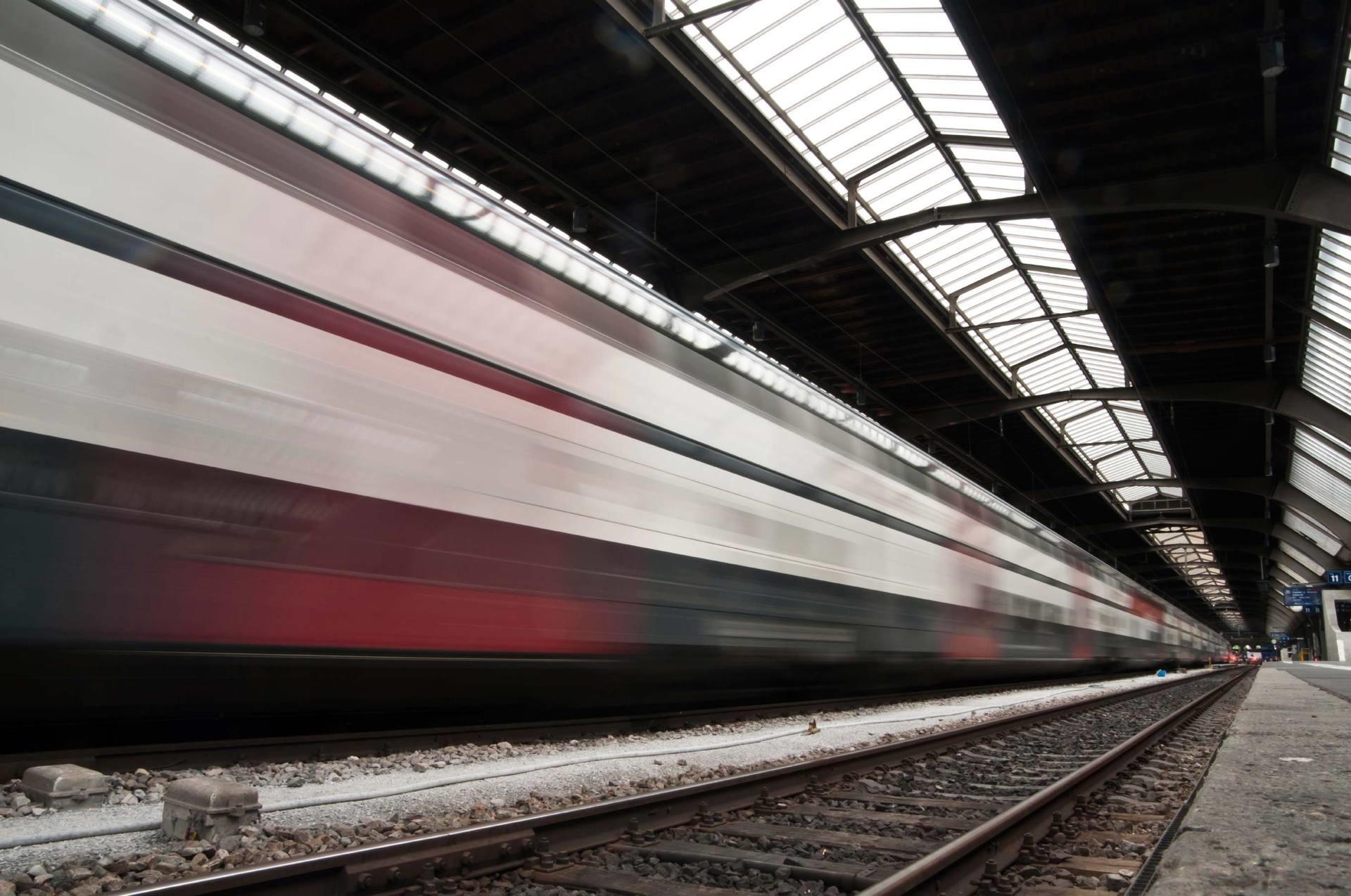 SBB: Stimmungsbild eines Zugs, der in den Bahnhof einfährt zur Illustration eines erfolgreichen PPM-Projekts mit Projektmanagement Beratung