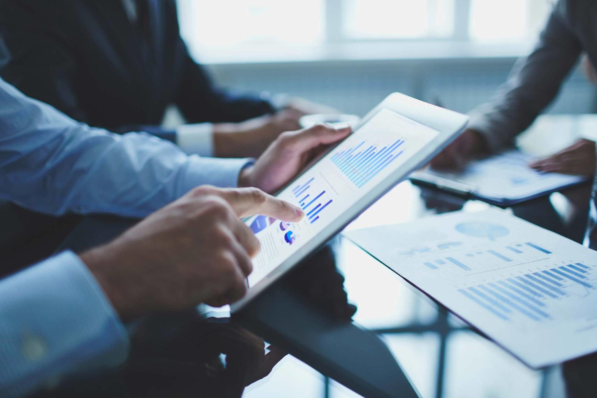 Sunrise: Stimmungsbild von Projekt Manager mit iPad zur Illustration des erfolgreichen Projekts für den Aufbau und die Verankerung des Customer Care Project Management Office (PMO).